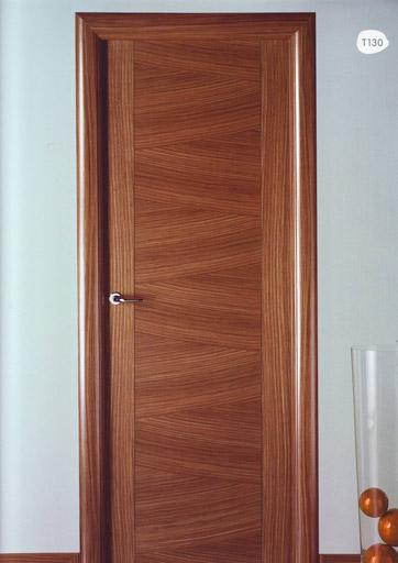 Puerta interior moderna madera t130 puertas innova s l u for Puertas modernas interior precios