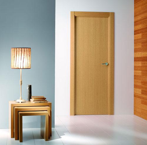 Puerta interior moderna lisa precio base roble o for Precio instalacion puertas interior