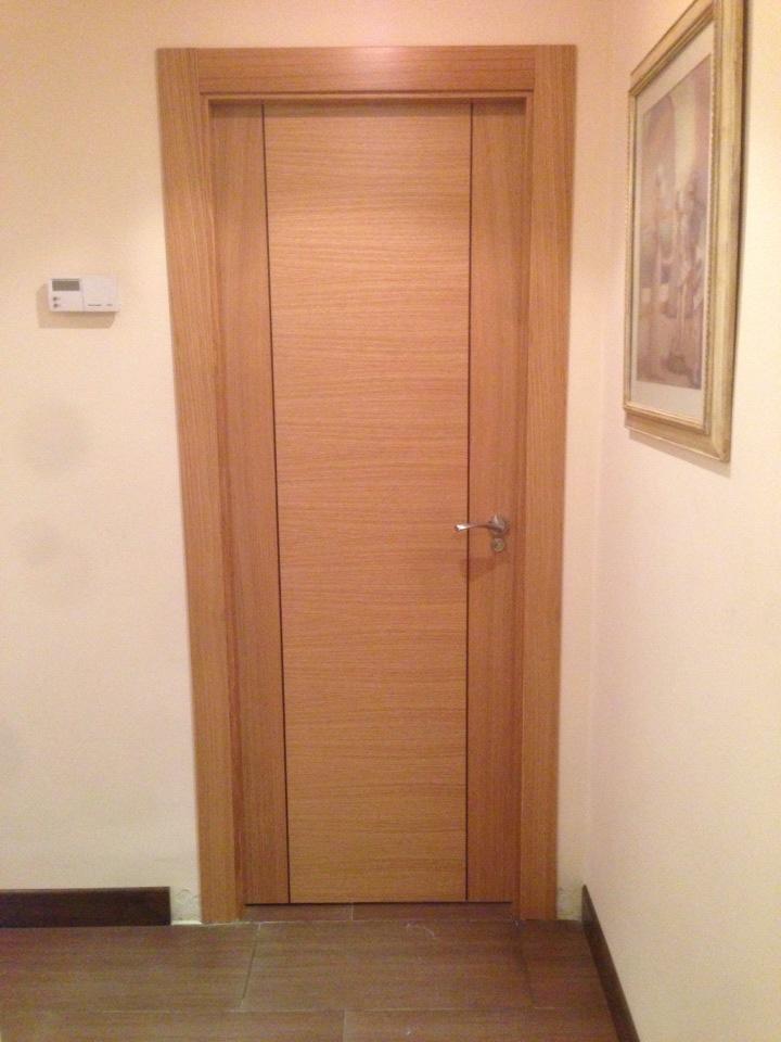 Puertas modernas roble lisas con greca oscura vertical puertas innova s l u - Puertas en valera de abajo ...