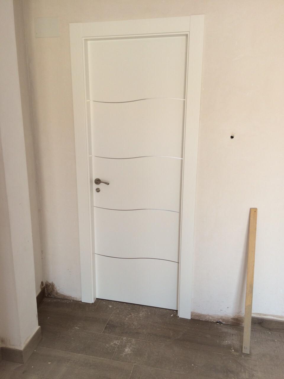 Puertas lacadas mod alho 4 c aluminio ondulado puertas - Puertas blancas exterior ...